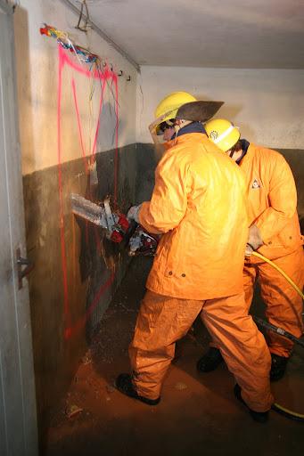 Betonkettensäge im Einsatz bei einem Mauerdurchbruch